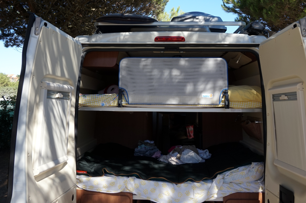Die Querbetten im Heck müssen nicht umgebaut werden. Nicht während der Fahrt und auch nicht beim Campen.