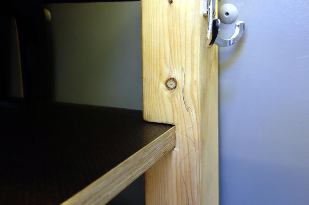 Die Liegefläche entsteht durch 3 Holzplatten, welche in die vorgesehenen Aussparungen eingeführt werden. Die Matratzen lagern während der Fahrt über der Brettkonstruktion hinter der Sitzbank.