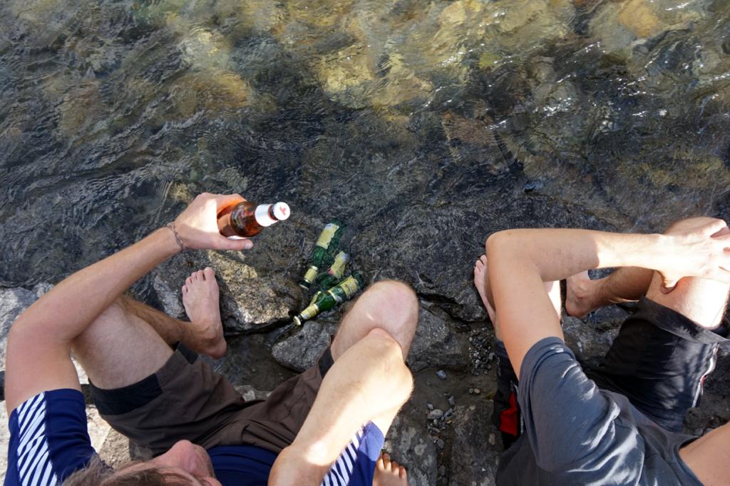 Das tut gut. Nach dem Epic Trail ein Erfrischungsgetränk und die Füße in den Bach hängen lassen.