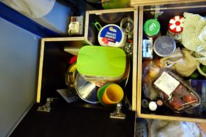 In den anderen Boxen werden die Küchenutensilien und der Proviant verstaut. Für die Kinder dienen Sie manchmal auch als Tisch.