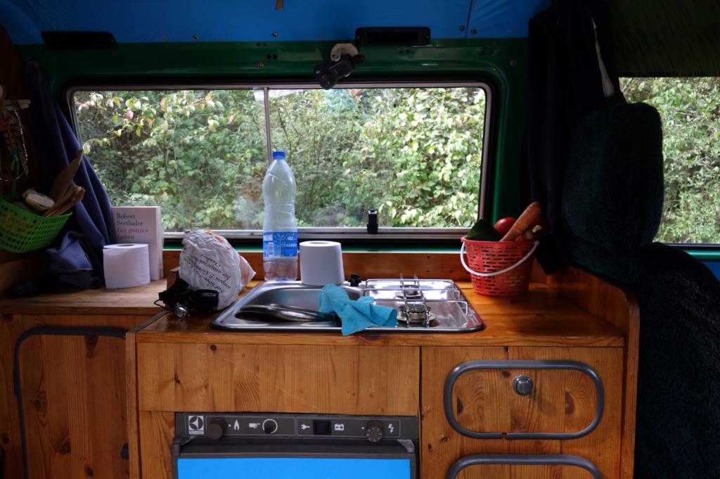Spüle, Herd und Kühlschrank bilden eine kompakte Einheit.