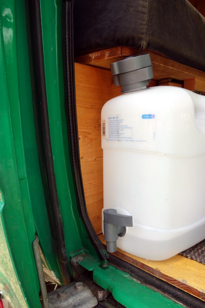 Die Frischwasserversorgung wird durch einen einfachen Kanister sichergestellt.
