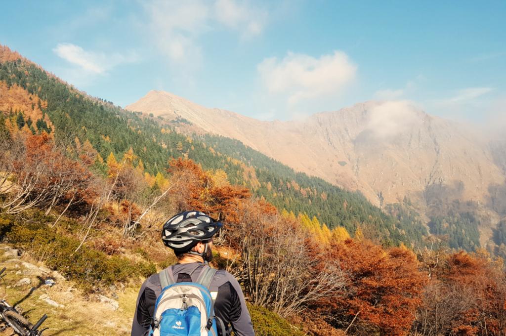 Rückblick auf den ersten Downhill bevor es wieder leicht bergauf geht Richtung Alpe Gam