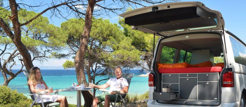Hubert gemeinsamen mit seiner Frau im VW T5 Beach in Griechenland.