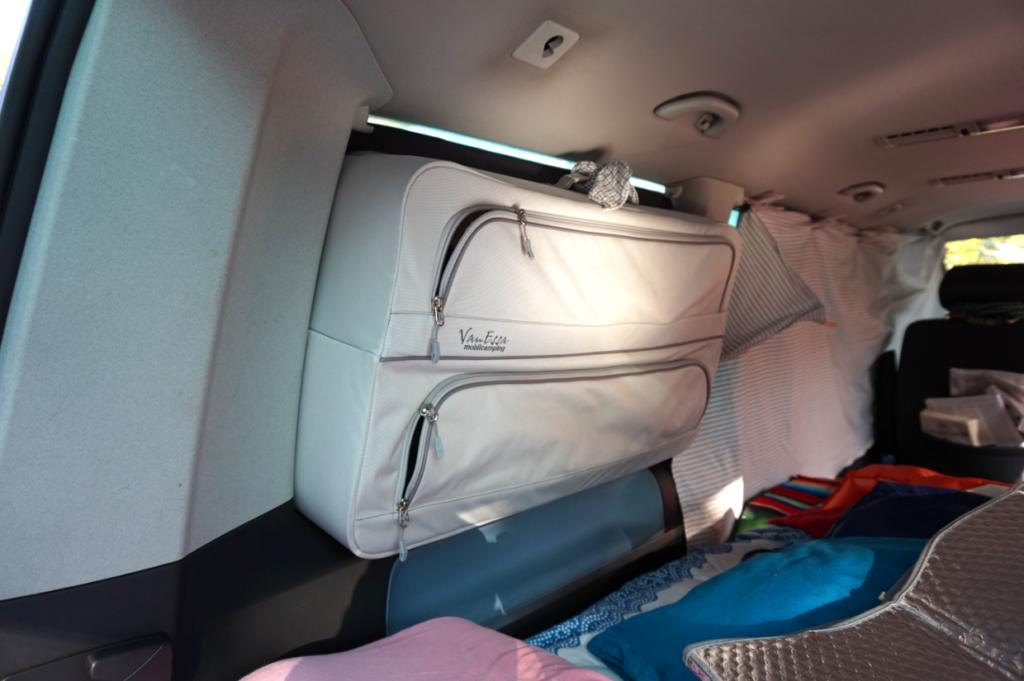 Die Packtaschen von VanEssa Mobilcamping beim VW T5 im Einsatz auf dem Campingplatz in Finale Ligure.