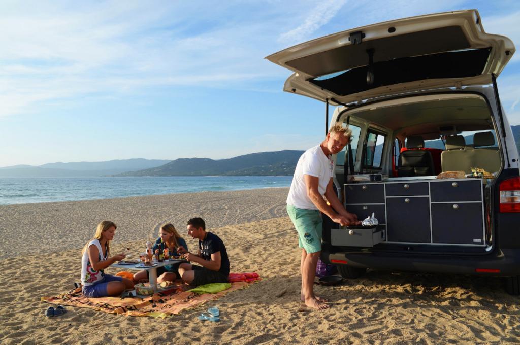 Hubert gemeinsamen mit seiner Familie mit dem VW T5 Transporter in Korsika am Strand.