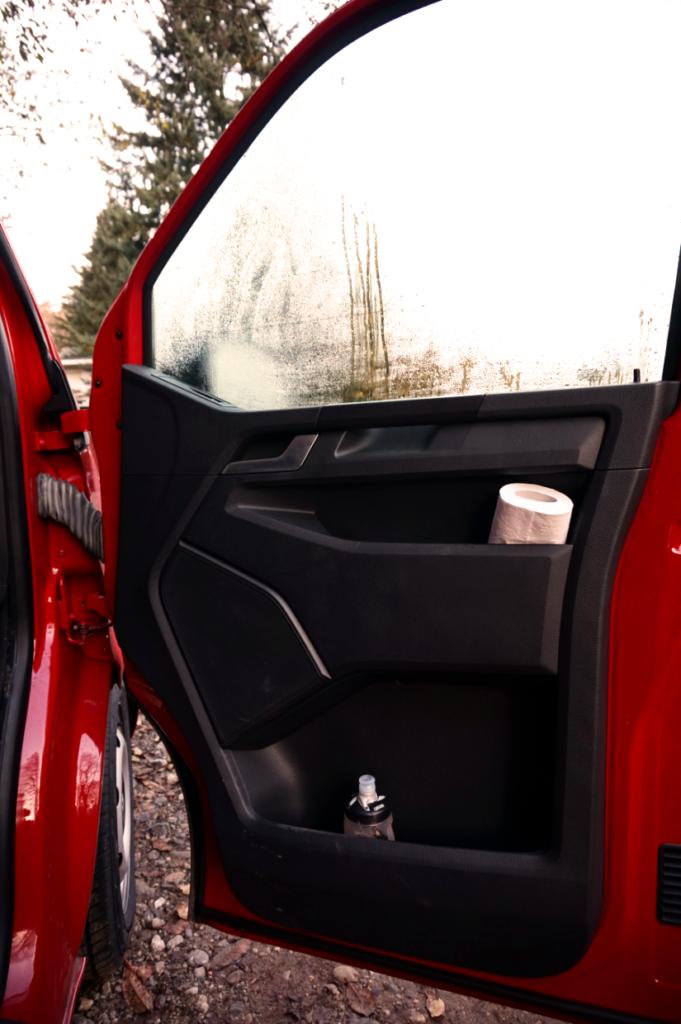 Der VW T6 begeistert beim Camping durch seinen vielen Ablagen und Fächern.