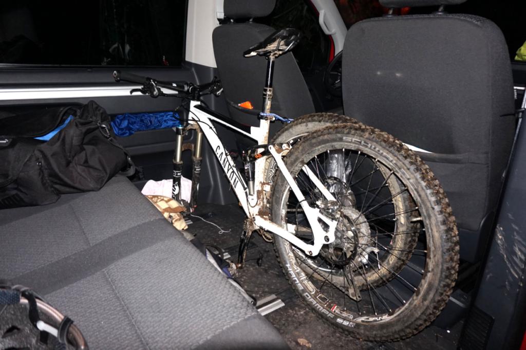 Komfortabler Transport des MTB Bikes im Innenraum des T6 Multivan ohne Vorderrad.