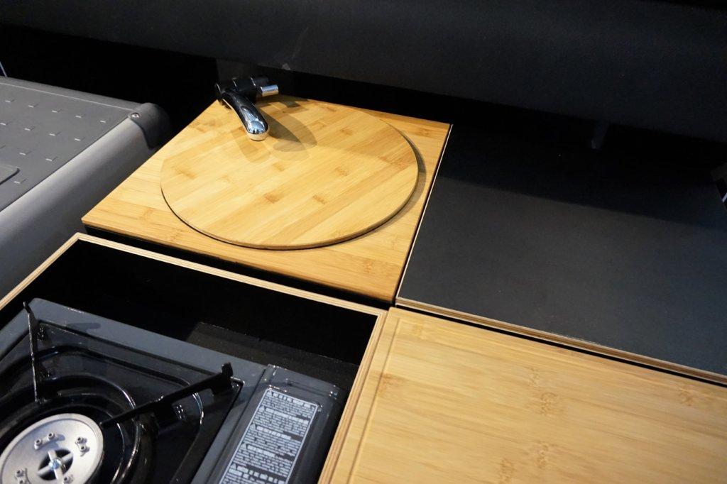 Die Calibox in ausgezogenem Zustand mit den mobilen Möbel-Modulen und dem Kompressor Kühlschrank.