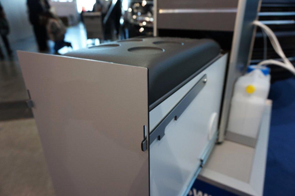 Auszug mit Arretierung und Kompressor Kühlschrank.