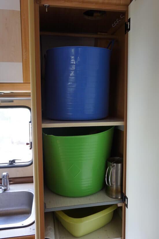 Schrank mit Wäschekörben