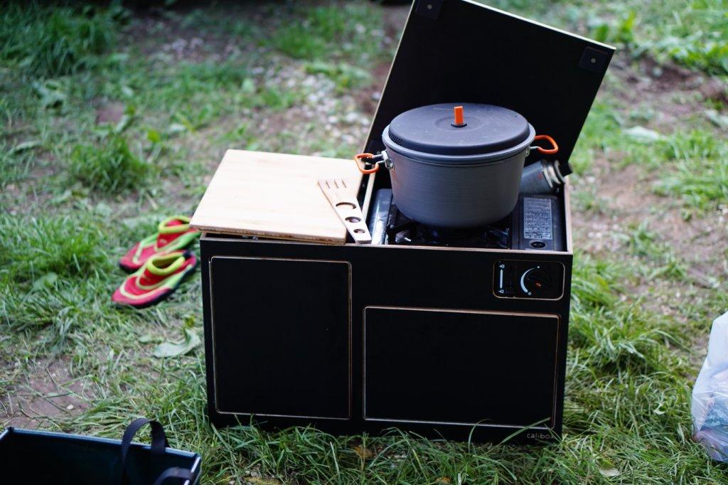 Improvisierter Windschutz beim Gaskocher